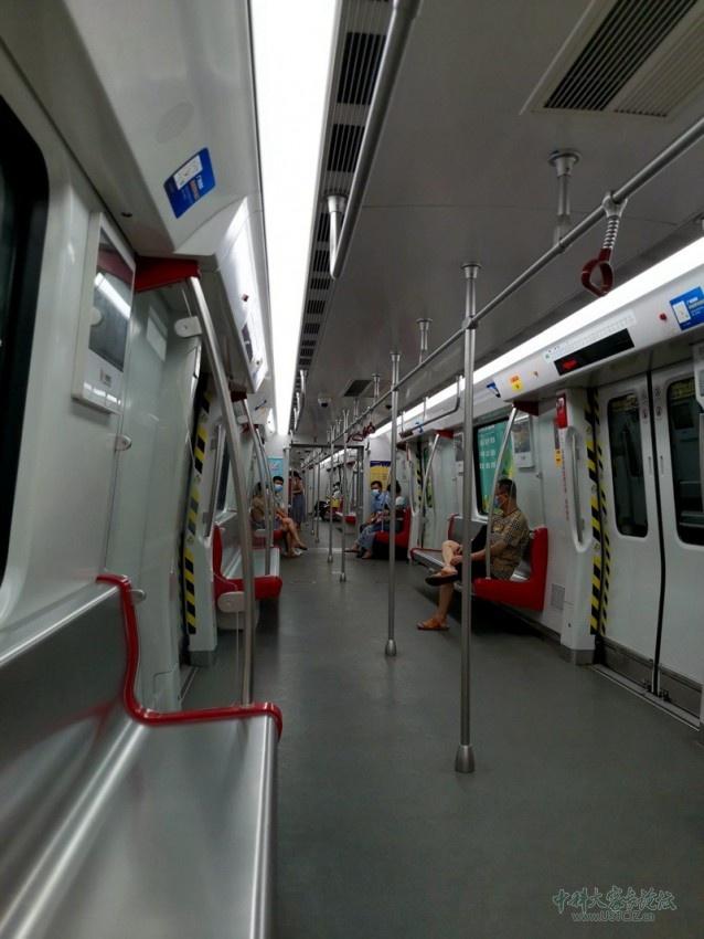 地铁上首站很空.jpg