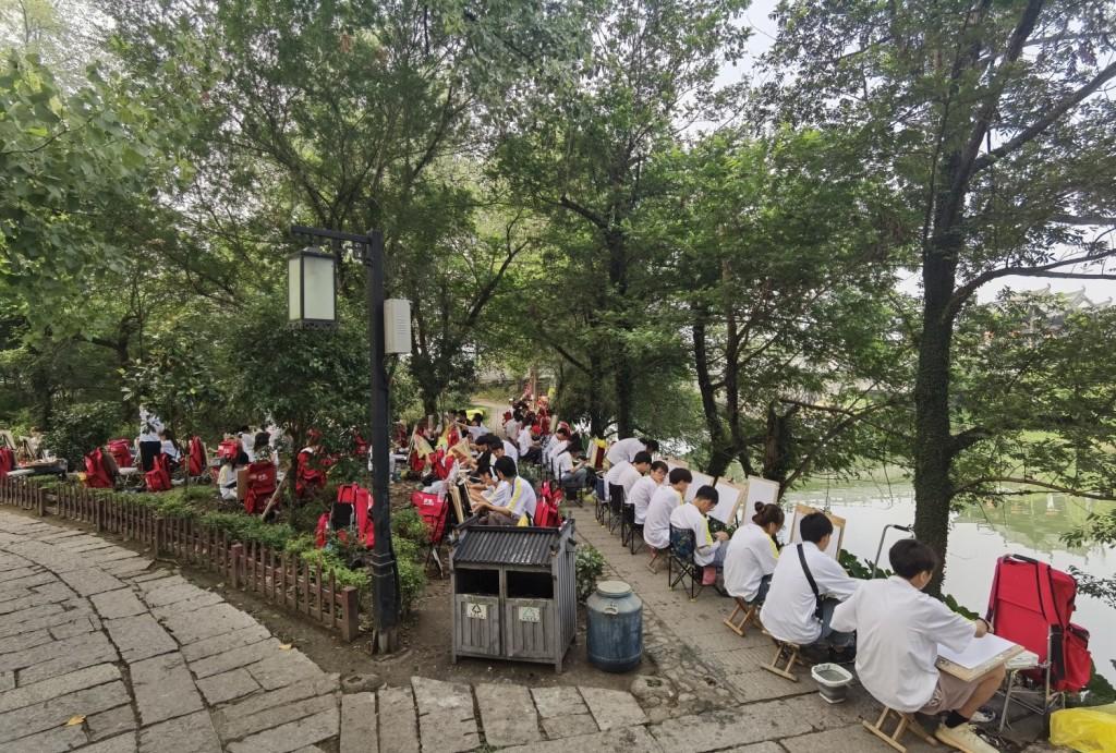 图07:南湖周边画画的学生.jpg