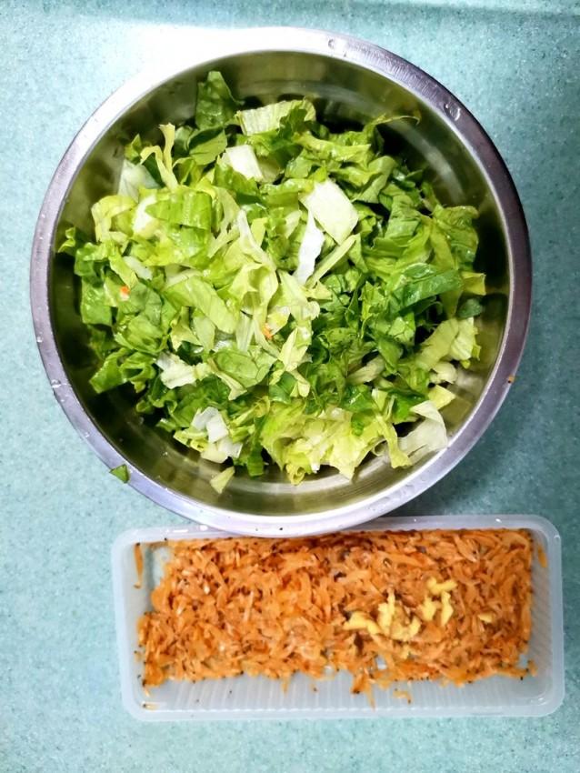 2放点切丝的生菜和虾皮.jpg